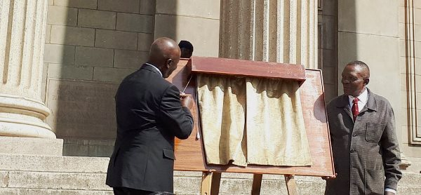 Chancellor Dikgang Moseneke and Mr Dini Sobukwe unveil the plaque outside the Great Hall on 18 September 2017