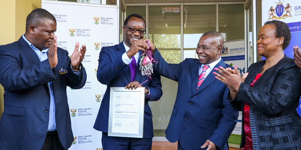 Professor Tawana Kupe accepts keys to the temporary emergency accommodation from Dr Blade Nzimande, the Minister of Higher Education and Training.