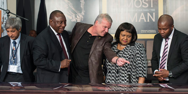 Lee Berger showing Homo naledi to Deputy President Cyril Ramaphosa at Rising Star launch