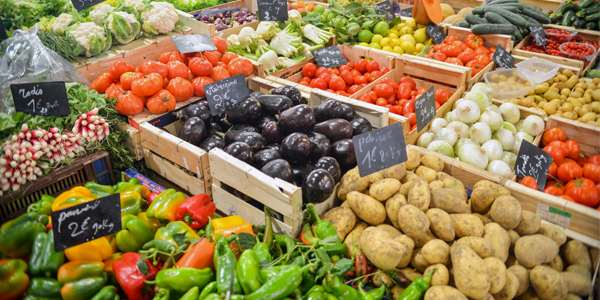 Generic_Fruit-and-vegetables-in-a-market