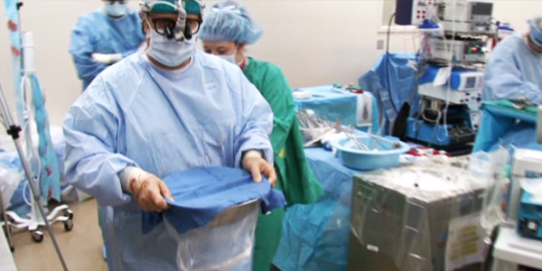 An organ transplant team in theatre_600x300